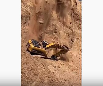 【衝撃】大規模に崖が崩れショベルカーが埋まってしまう衝撃映像