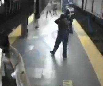 【衝撃】地下鉄でホームレスの男が女性を線路に突き落とし、直後に電車が…