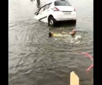 【衝撃】車で川に落ち溺れている男性をおじいさんが川に飛び込み助ける衝撃映像