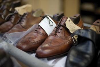 Ett par skor som är inne på fabrik för omsulning. De går igenom den vanliga produktionslinan, där det som behöver bytas byts. Bild: The Field