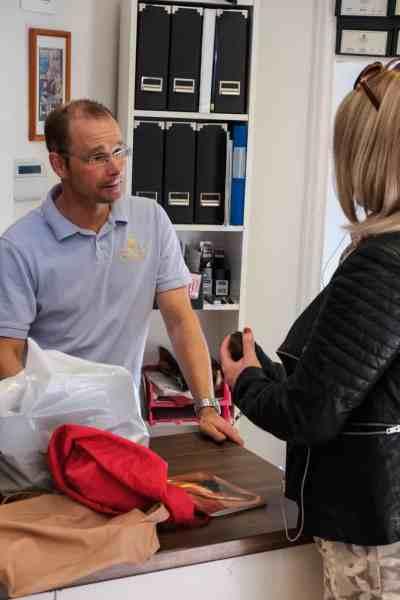 Bengt diskuterar utlästning med en kund som blivit lurad av okunnig butikspersonal.