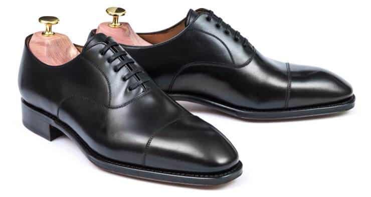 Klassikernas klassiker, den svarta plain cap toe oxforden, som är mer eller mindre legio i alla skotillverkares utbud. Bild: Skolyx