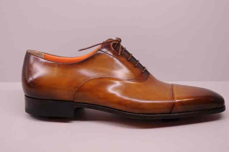 En durksydd sko med mycket tajt skuren sulkant, som den här från Santoni, är man mer benägen att sparka i ovanlädret mot saker, när det som synes inte finns något som sticker ut utanför nedtill.