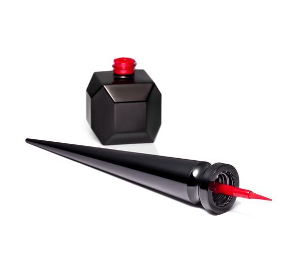 Louboutin nagellak: Loubi Under- de rode zool nagellak. Alles over de nieuwe Louboutin nagellak: de Loubi Under is te vergelijken met de rode zool.