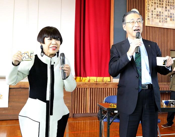 味の素ゼネラルフーヅ 品田英明社長(右)とファッションデザイナー コシノジュンコさん