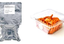 JAXAが開発したフィルムに包まれた宇宙食サンプル㊧と専用のパックに入った「亀田の柿の種」