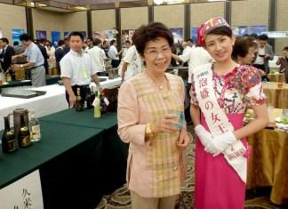 右:多良間香織さん(泡盛の女王)、左:玉那覇美佐子会長(沖縄酒造組合)