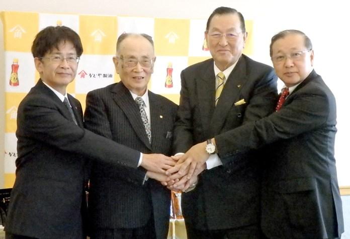 (左から)カタギ食品髙田直幸社長、片木精治相談役、かどや製油小澤二郎社長、馬場宗夫取締役執行役員