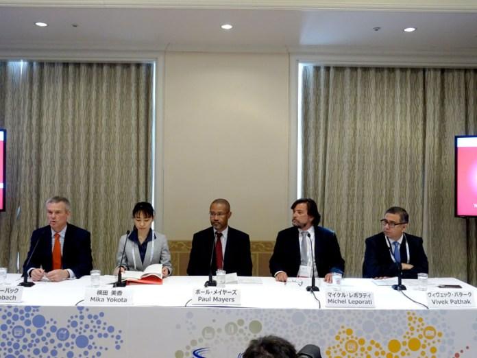 (左から)マイク・ローバック会長、横田美香室長らGFSIメンバー