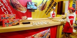 展示会での試食コーナー(味の素冷凍食品)