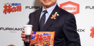 「FURIKAKIX」をアピールする佐藤勇社長(亀田製菓)