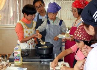 天ぷらを調理する参加者( 福岡県うきは市 親子食育体験イベント 日清オイリオグループ)