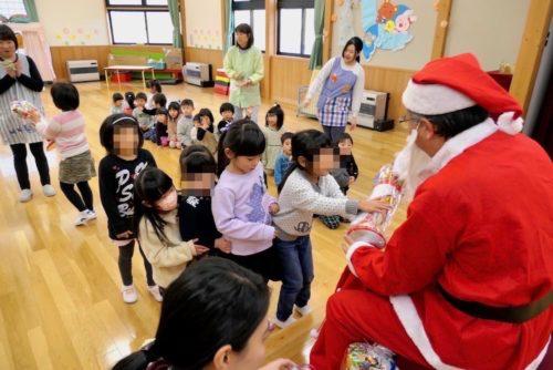 プレゼントを子供達へ贈る列