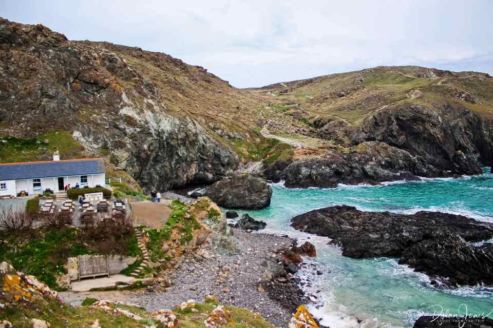 The perfect location of Kynance Cove Cafe, South Cornwall coast