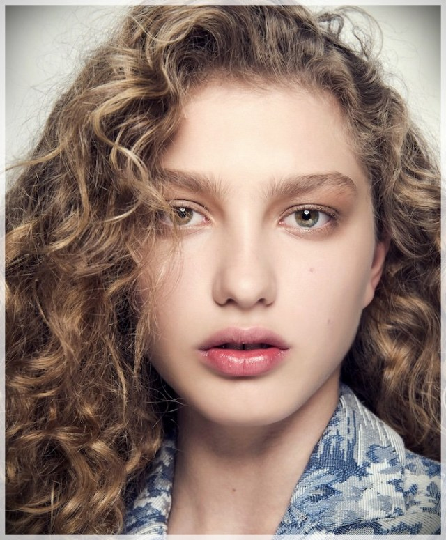 Curly Hair 2019: long and short cuts, the best hairstyles - curly hair 2019 7