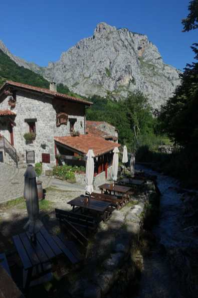 Restaurant in Bulnes with mountains in the background