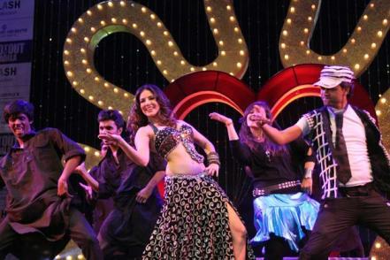 Sunny Leone and Sophie Choudry's perfoprmance-showbizbites-02