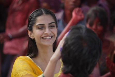 sonam-raanjhanaa-still-showbzibites