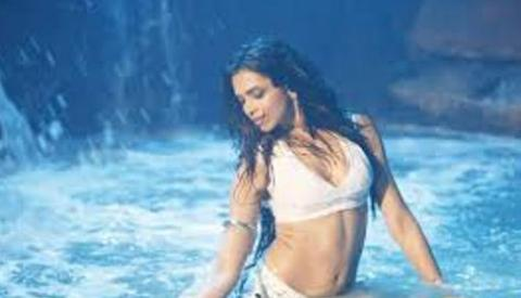 deepika-wet-showbizbites