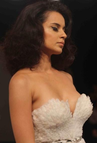 kangana's deep cleavage-showbizbites-04