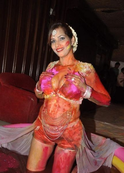 tanisha singh plays holi-showbizbites-01