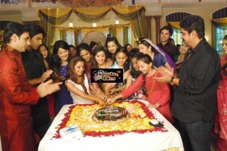 Cake Cutting on Aur Pyar Ho Gaya Sets on Woman's Day
