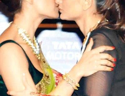 kareena-bipasha kiss-showbizbites-01