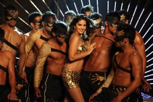 VIDEO: Sunny Leone Looks Damn Hot in Do Peg Maar