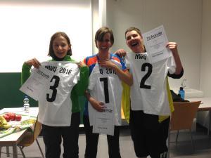Die drei Siegerinnen mit ihren Sieger-T-Shirts und Urkunden:  von links nach rechts Petra Welsing, Sabrina Schmitz und Melanie Kleinhempel