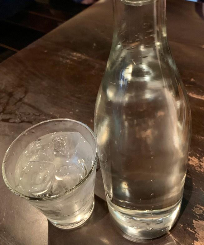 渋谷の道玄坂にある「権八」のテーブルにある水