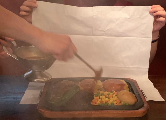 渋谷の桜丘町にあるゴールドラッシュのハンバーグにソースをかける