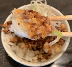 渋谷の「中華ソバ 櫻坂」の豚辛めしの一口