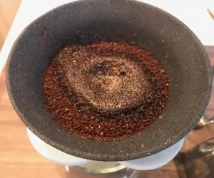 224porcelainのセラミックフィルターで挽いたコーヒーを蒸らし中