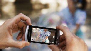 Man watching video 1 400x2661 - Novo Sony Ericsson Vivaz - O celular symbian S60v5 de 8.1 Mega Pixels