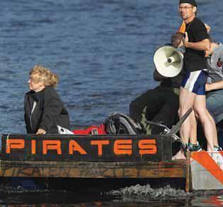 """Integrantes do Partido Pirata da Alemanha que defende uma internet livre SEAN GALLUP GETTY IMAGE - """"Piratas"""" compram mais música do que outros usuários na internet"""
