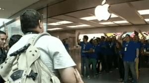 Abertura da primeira Apple Store é marcada por enorme fila 5