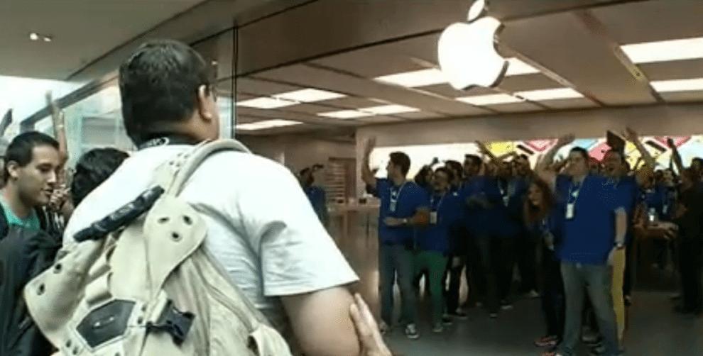 Abertura da primeira Apple Store é marcada por enorme fila 7