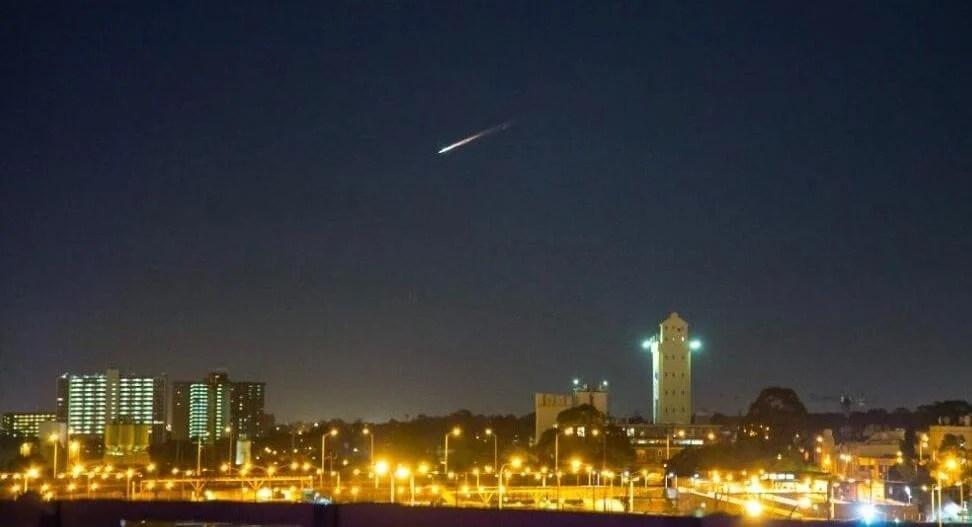 Lixo espacial fez belo espetáculo no céu australiano ReproduçãoTwitterRegularSteven - Lixo espacial é confundido com meteoro