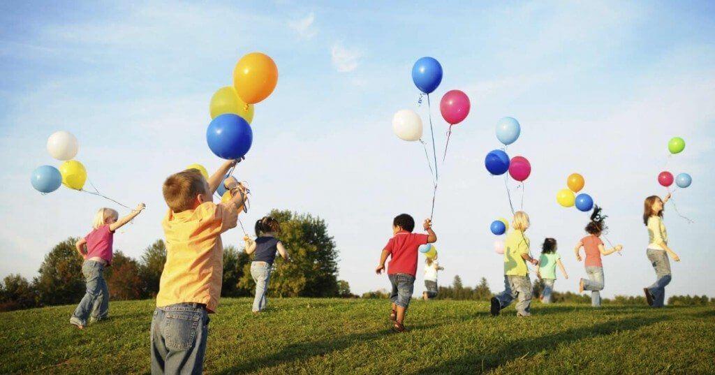 criancas brincando smt - Que tal usar a tecnologia para deixar crianças felizes neste final de semana?