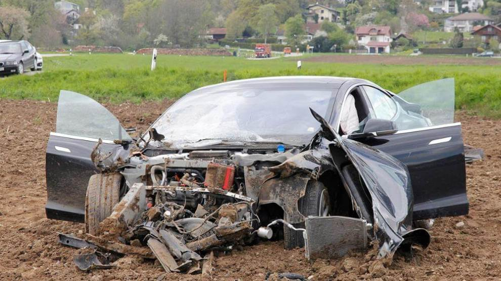 5 pessoas sobrevivem após incrível acidente com um Tesla Model S 7