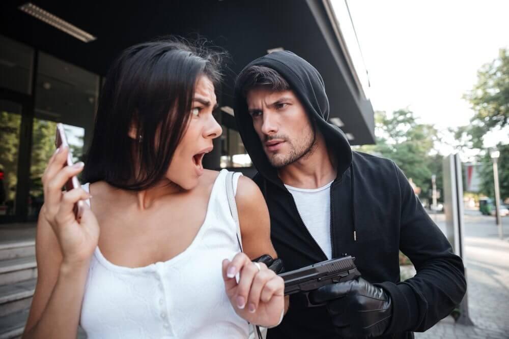 mulher sendo assaltada - Tome estes cuidados com o smartphone ANTES de ser roubado