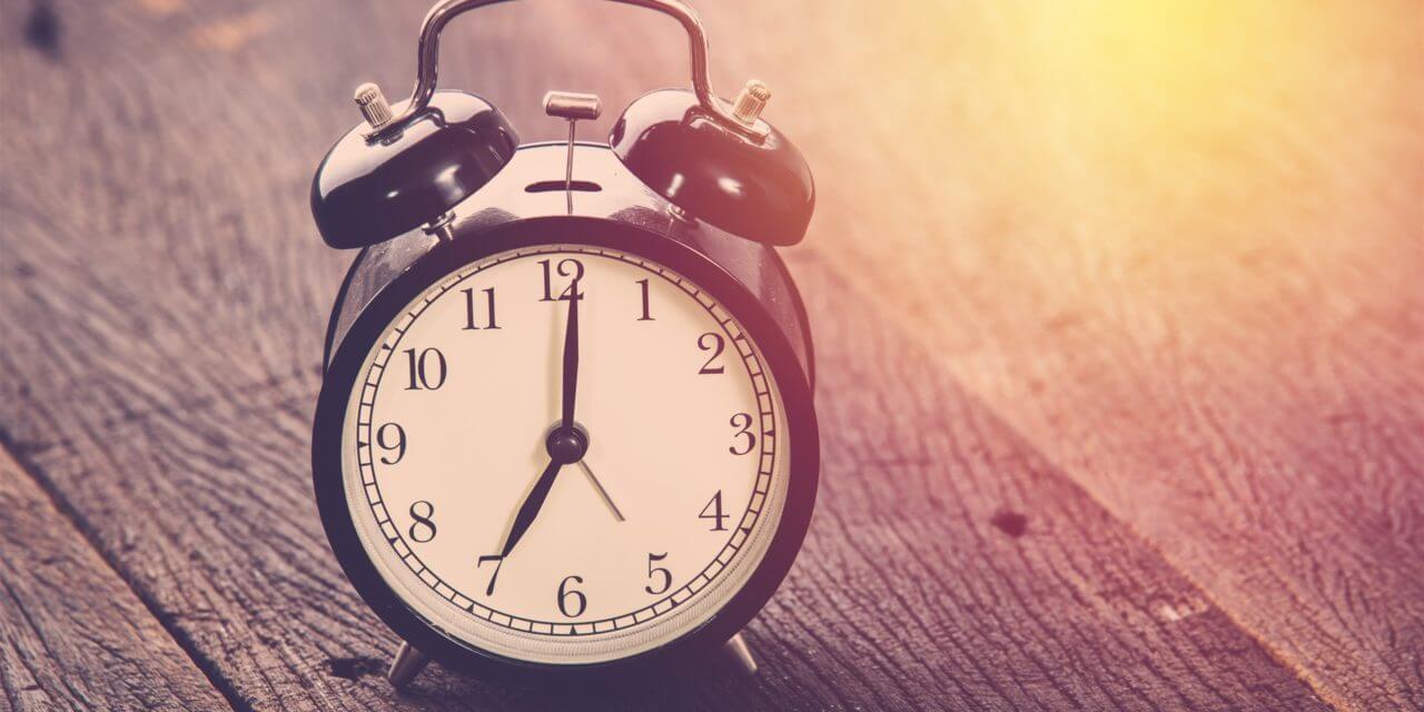 Clock time wood board light 2560x1440 1280x640 - Entenda por que o horário de verão deveria acabar