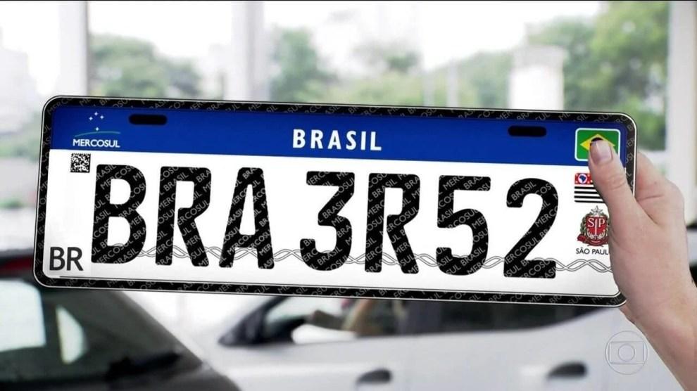 Novas placas, que seguem o padrão Mercosul, devem ser adotadas no Brasil a partir de 1º de setembro, segundo o Contran