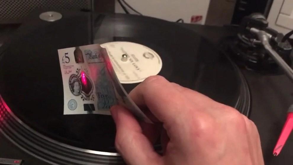 Dá para tocar um disco de vinil usando notas de dinheiro? 3