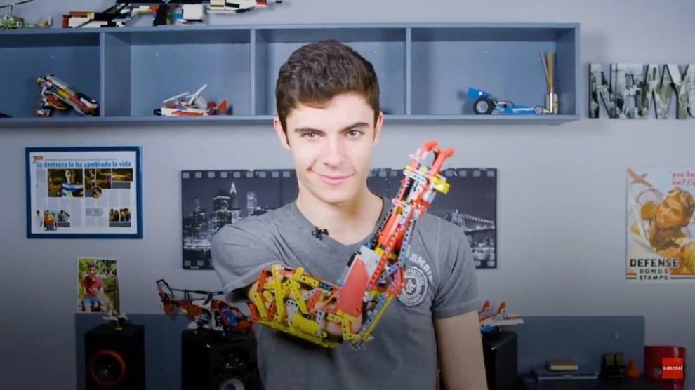 Jovem usa LEGO para construir braço protético 3