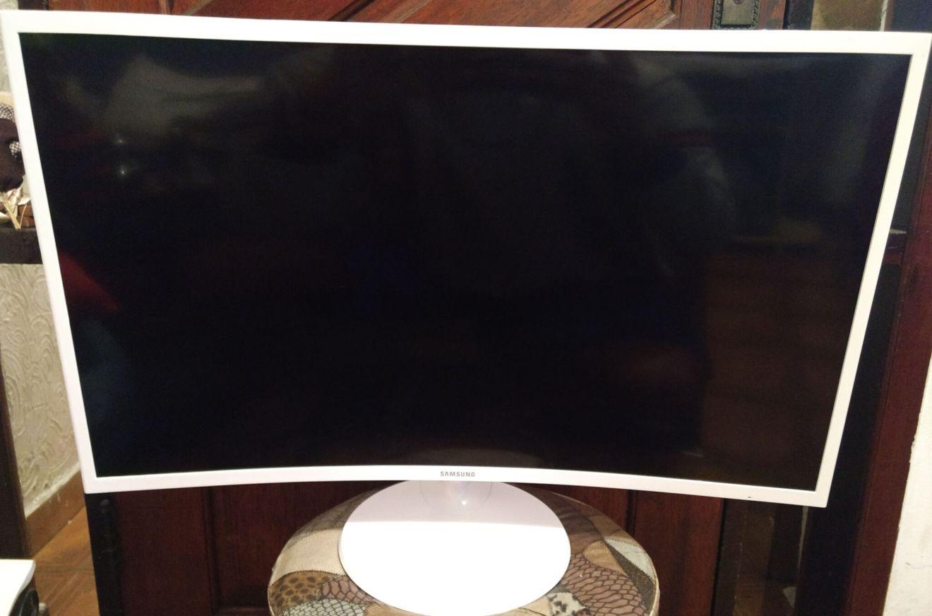 Review: monitor curvo Samsung C32F391 mescla imersão e elegância 4