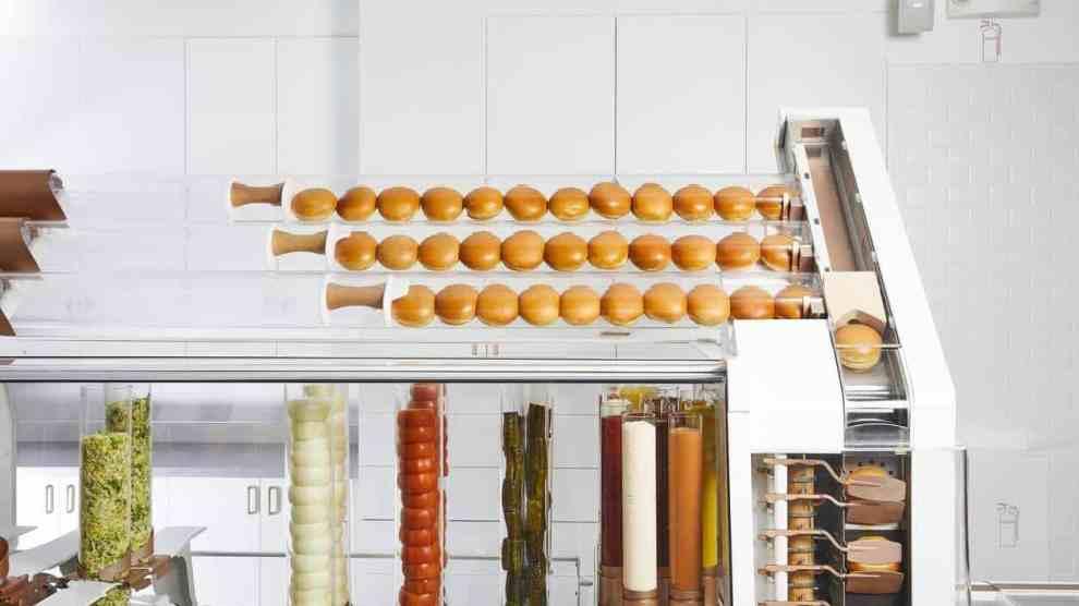 Conheça a lanchonete que usa apenas robôs para preparar hambúrgueres 4