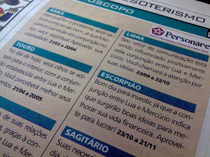 Reproduação de página de jornal com horóscopo