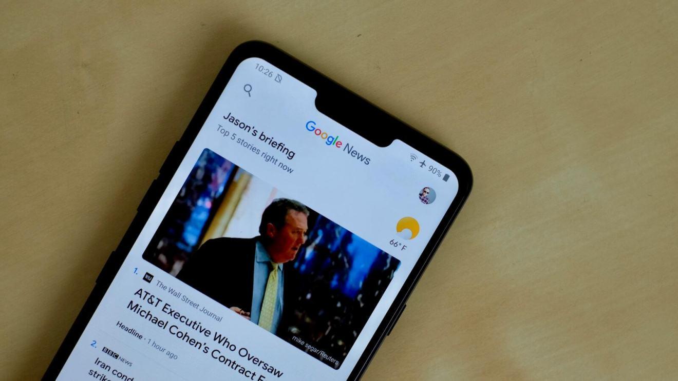 Celular com o aplicativo Google News aberto