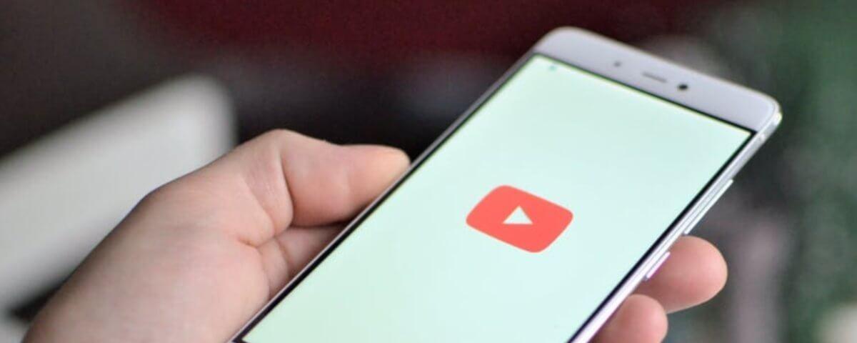 Celular com o aplicativo do YouTube aberto